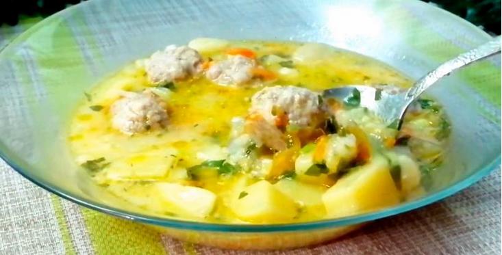Обід за півгодини: рецепт ніжного вершкового супу з фрикадельками