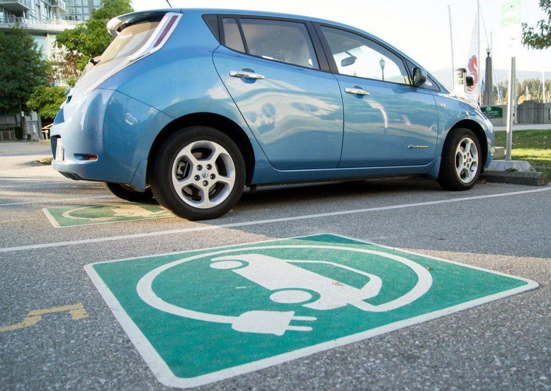 Поліція не зможе штрафувати водіїв порушення правил парковки за новим законом