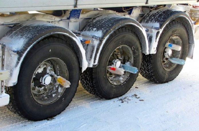 Почему у некоторых фур в колесах прицепа есть пустые бутылки - today.ua