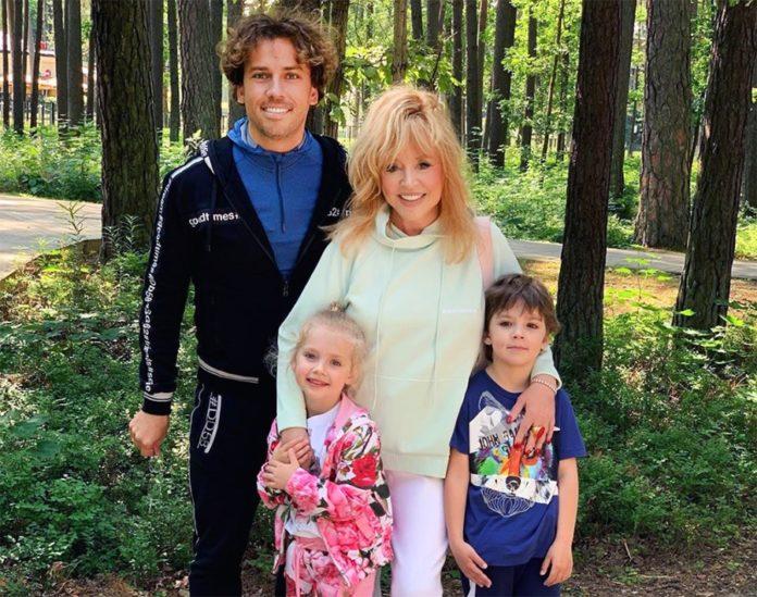 """&quotЗ кокетливим хвостом виглядає молодшою"""": Пугачова з Галкіним і дітьми влаштували сімейне дозвілля - today.ua"""
