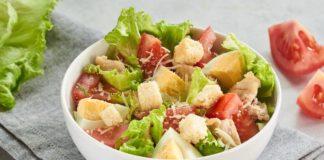Цезарь на скорую руку: простой рецепт популярного салата - today.ua
