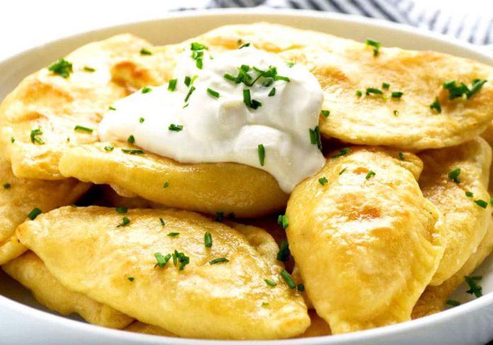 Як приготувати вареники з картоплею: найпростіший рецепт смачної страви