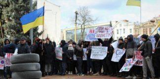 Вінничани принесли шини під Вінницьку міську раду - today.ua