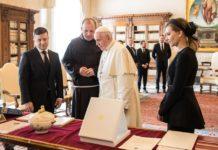 Зеленський вручив Папі Римському незвичайний сувенір: що розсмішило понтифіка - today.ua