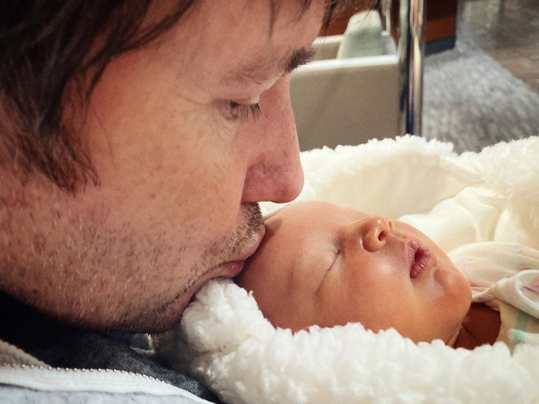 Проблемы позади: Милла Йовович показала фото почти выздоровевшей новорожденной дочки