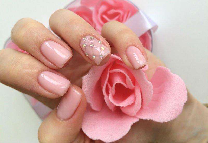 Манікюр з перлами: стильні ідеї нейл-арту на нігті різної довжини (фото)