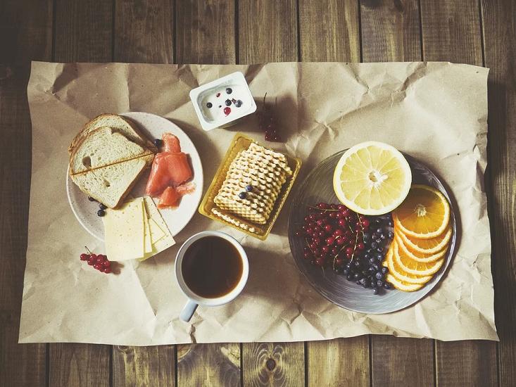 Кофе на завтрак может быть опасным: какие продукты нельзя есть натощак
