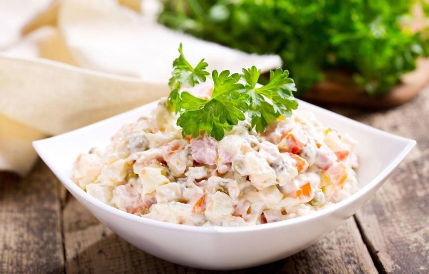 """Весняний варіант """"Олів'є"""": рецепт низькокалорійного вітамінного салату"""