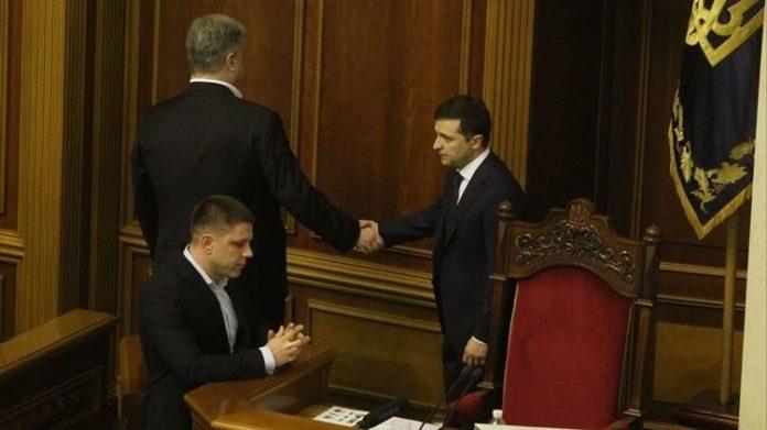 """&quotЗе-вирок поручкався з непідсудним"""": Зеленський і Порошенко потиснули одне одному руки - today.ua"""