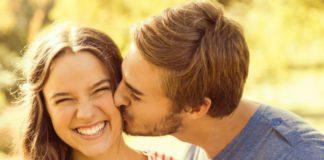 Коронавірус наступає: людей закликають не цілуватись в щічку під час привітання - today.ua