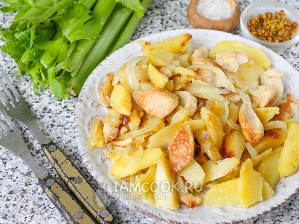 Тушеная картошка с беконом: рецепт экономного и сытного ужина на скорую руку  - today.ua