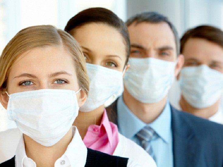 Большинство людей носят медицинскую маску неправильно: советы специалиста