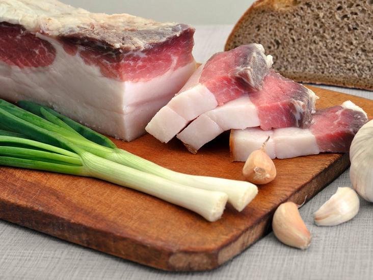 Сало на завтрак: что изменится в организме, если есть жир натощак