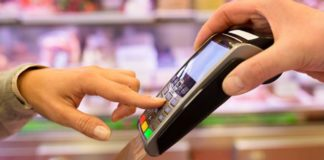 """ПриватБанк звинуватили в шахрайстві: як у клієнтів списують з рахунків подвійні суми"""" - today.ua"""