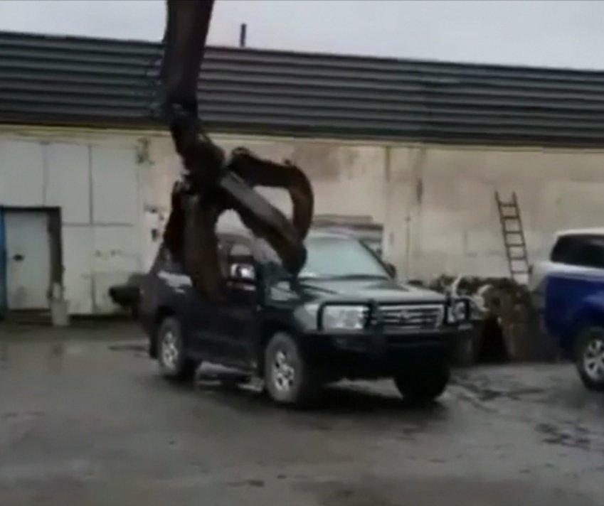 Як утилізувати броньований Toyota Land Cruiser (відео) - today.ua