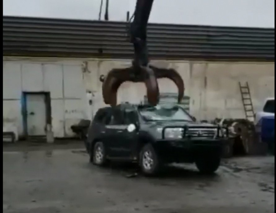 Як утилізувати броньований Toyota Land Cruiser (відео)