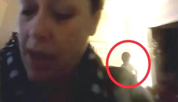 Вдома не сама: під час спілкування подруг по відеозв'язку вдалось зафіксувати невідомий об'єкт - today.ua