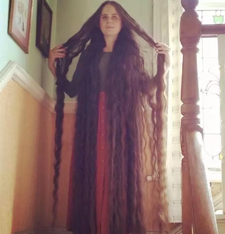 Девушка уже 20 лет не моет и не стрижет волосы: названа шокирующая причина