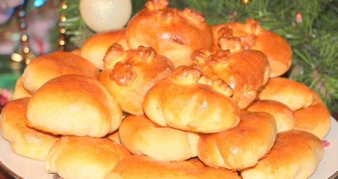 Пиріжки з вишнею та яблуками: рецепт ніжної випічки нашвидкуруч - today.ua
