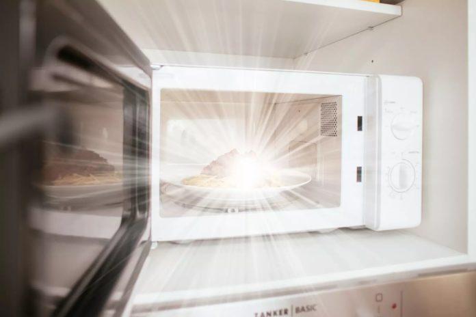 Коронавірус гине в мікрохвильовці: скільки часу необхідно обробляти продукти - today.ua