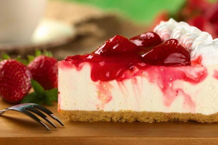 Полуничний йогуртовий торт без випічки: простий рецепт десерту з сезонними ягодами