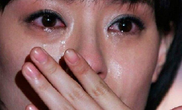 Мачеха дала падчерице перед отъездом пакет, открыв его, девушка горько заплакала