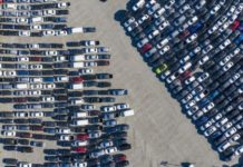 У США непродані автомобілі почали звозити на стадіони - today.ua