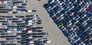 В США непроданные автомобили начали свозить на стадионы - today.ua