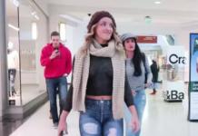 Дівчина без одягу гуляла по торговому центру: реакція людей була приголомшливою - today.ua