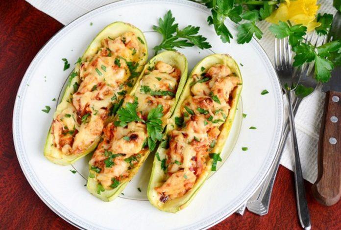 Кабачки на обід: як смачно запекти овочі з фаршем під сиром і помідорами - today.ua