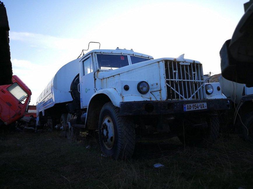 В Грузии на свалке нашли десятки уникальных автомобилей