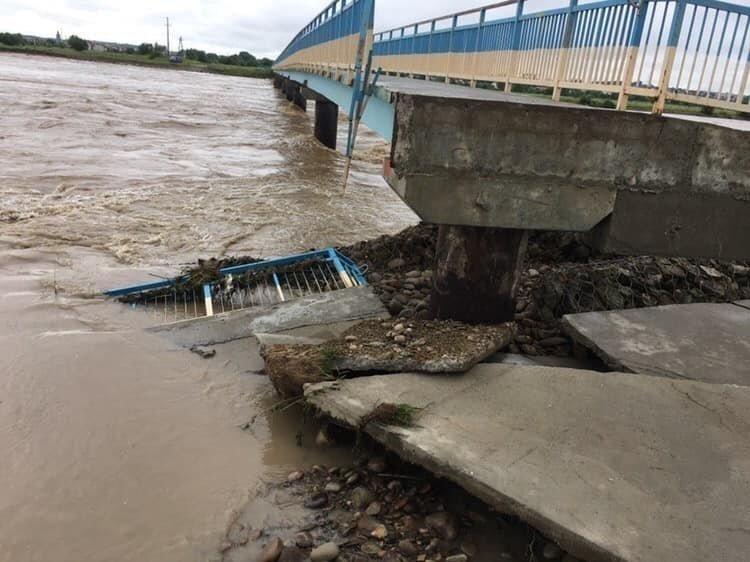 Масова евакуація почалася в затоплених паводками регіонах України
