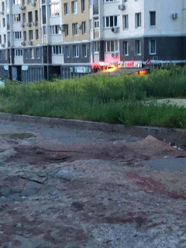 Дорожні ями застелили килимами: такого в Україні ви ще точно не бачили