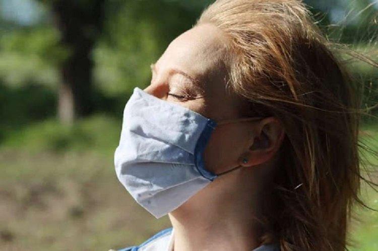 Защита от COVID-19 в жару: как правильно носить маску, чтобы не испытывать дискомфорт