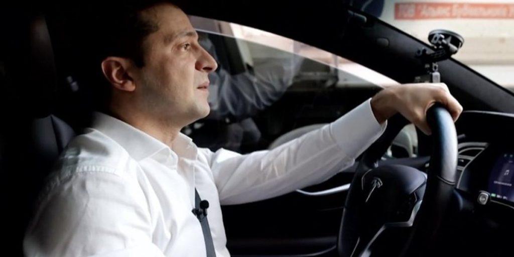 Показал свое отношение к закону: Андрей Богдан припарковал свою Tesla прямо посреди дороги
