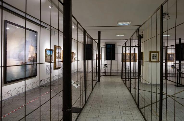"""Порошенко відкрив ще одну виставку """"заарештованих"""" картин: сюрреалізму хоч відбавляй"""