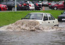 Что может сломатся в автомобиле, если проехать через глубою лужу - today.ua