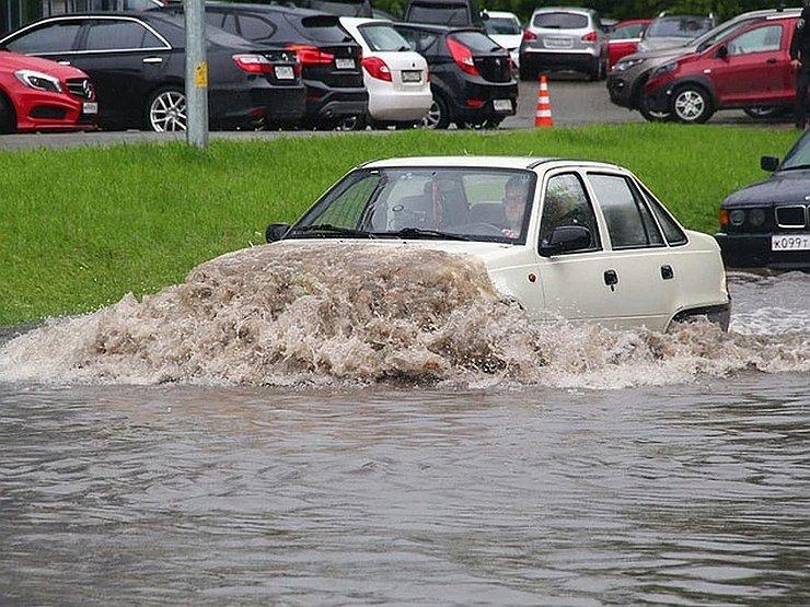 Что может сломаться в автомобиле, если проехать через глубою лужу - today.ua