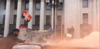 """Відставка Авакова: протестувальники під Радою перевернули та спалили поліцейський """"бобік"""""""" - today.ua"""