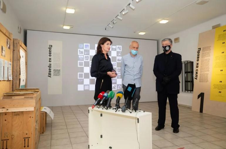 """Порошенко відкрив ще одну виставку """"заарештованих"""" картин: сюрреалізму хоч відбавляй - today.ua"""