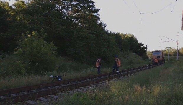 У Дніпрі візочок з дитиною потрапив під потяг: вчинок бабусі ошелешив усіх