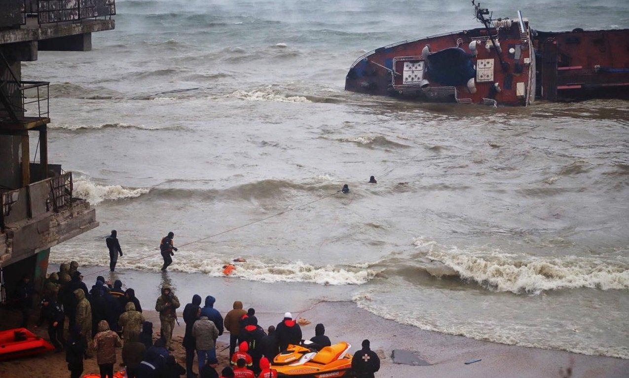 """Экологическая катастрофа в Одессе: из затонувшего танкера """"Делфи"""" снова разлилась нефть"""