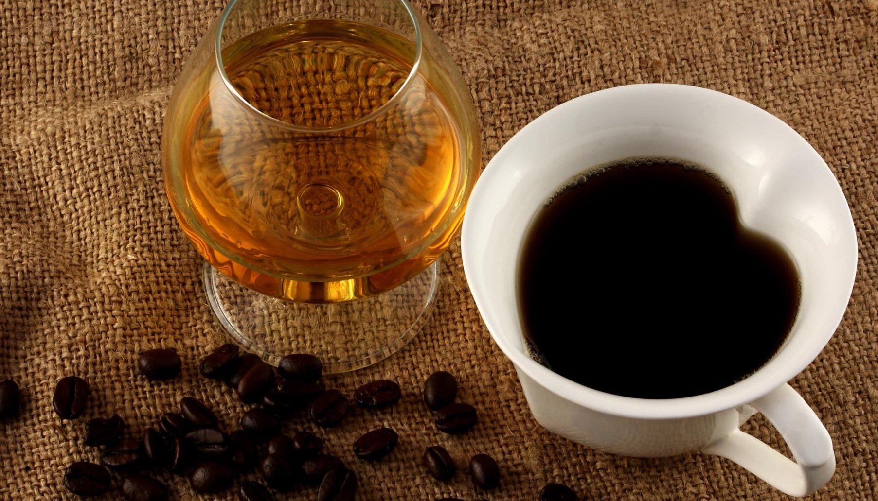Кофе с алкоголем – коктейль, разрывающий сосуды: врачи призывают к благоразумию - today.ua