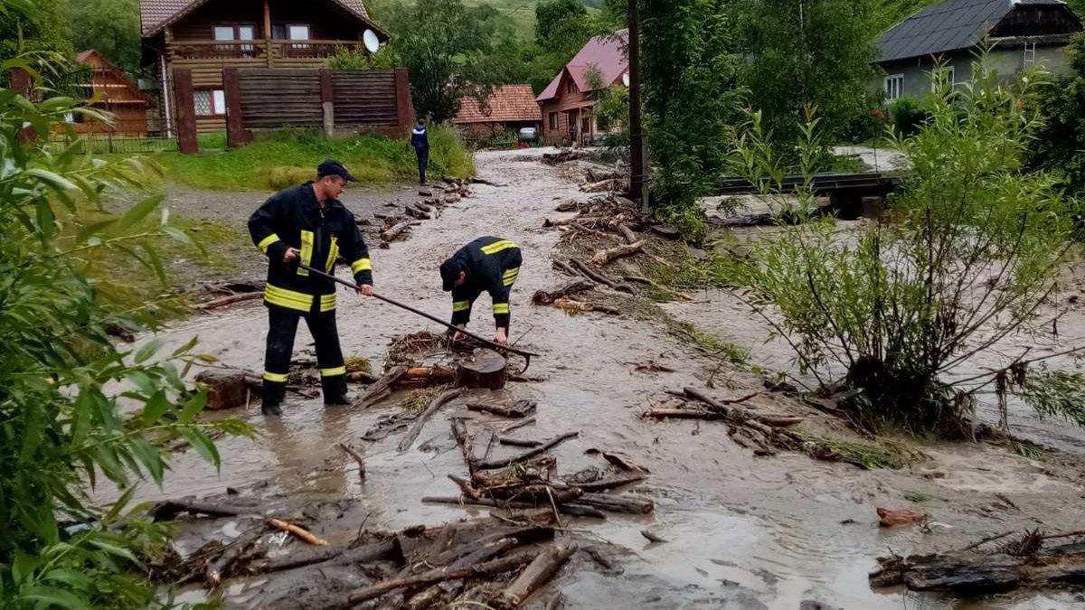 Нова біда прийшла на Закарпаття: потужні зливи затопили міста і села, є руйнування - today.ua