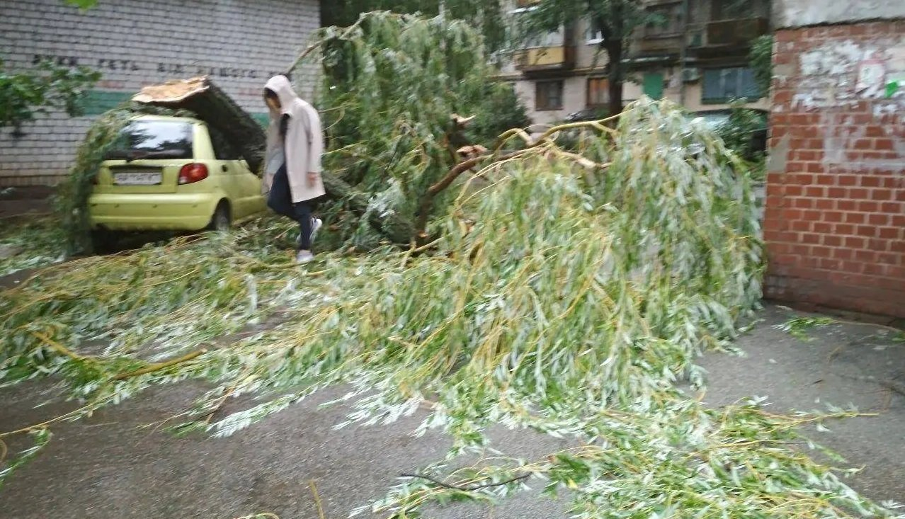 На Київ обрушився ураган - фото: вітер повалив багато дерев, вулиці залиті водою