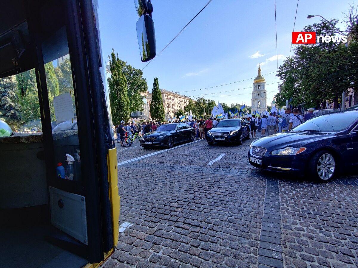 Кортеж Порошенко нарушил ПДД в центре Киева: в Сети появились фото - today.ua