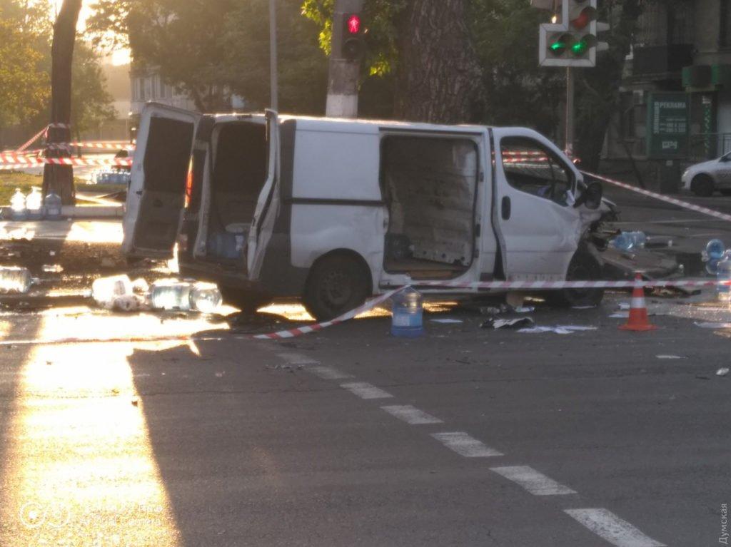 ДТП в Одессе: полицейский автомобиль врезался в микроавтобус, трех человек госпитализировали