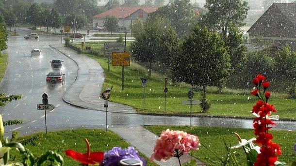 Похолодання, зливи і град: синоптики попередили про небезпечну погоду до кінця тижня