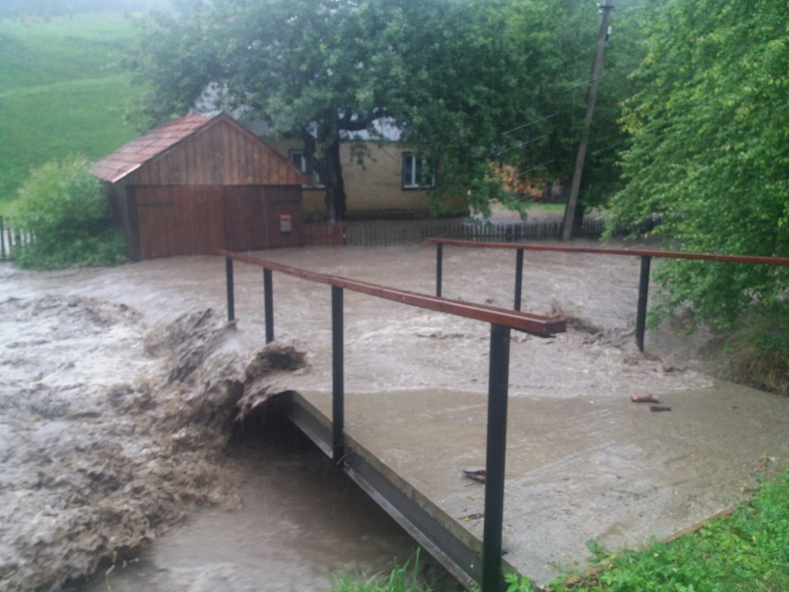 Новая беда пришла в Закарпатье: мощные ливни затопили города и села, есть разрушения
