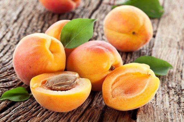 Абрикосы могут быть опасны для здоровья: кому и почему стоит отказаться от сезонных фруктов